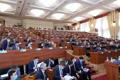 Парламент өкмөттүн 2019-жылдагы иши тууралуу маалыматты угуп жатат