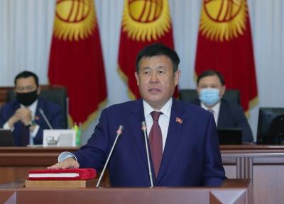 Жаңыдан депутат болуп келген Абдыкеримов менен Жоробаев парламентте ант беришти