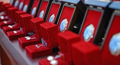 Энелер күнүнө карата көп балалуу аялдар «Баатыр эне» ордени жана «Эне даңкы» медалы менен сыйланат