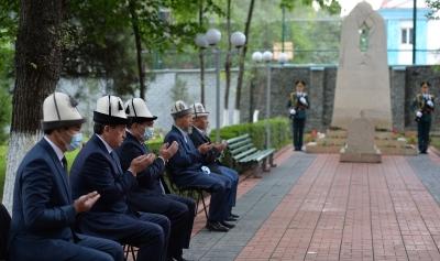 Президент Сооронбай Жээнбеков 2010-жылдагы Июнь окуясында каза болгондорду эскерди
