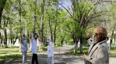 Кыргыз темир жолу ооруканасынын дерыгерлери акыркы бейтапты үйүнө узатты