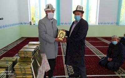 Баткенде Куран китептер таратылууда