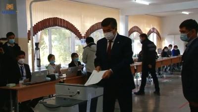 Президент Жогорку Кеңештин депутаттарын шайлоодо добуш берди