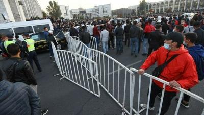 Бишкекте белгисиз адамдар тобу түндө басып жүрүштү