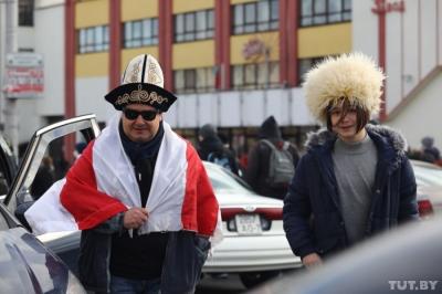 Минсктеги жүрүштө кыргыз ак калпагын кийген жаран талкууга түштү