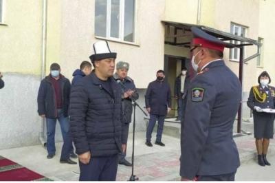 Садыр Жапаров милиция кызматкерлерине батирлердин ачкычын тапшырды
