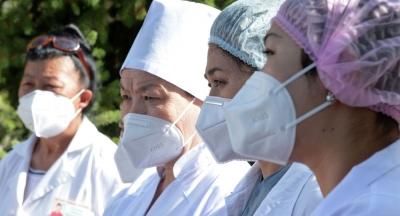 608 медицина кызматкери 200 миң сомдон компенсациялык төлөмдөрдү алышты