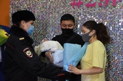 Кыргыз келиндин метродо төрөтүн кабыл алган полиция кызматкерлери, жаш энеден кабар алышты