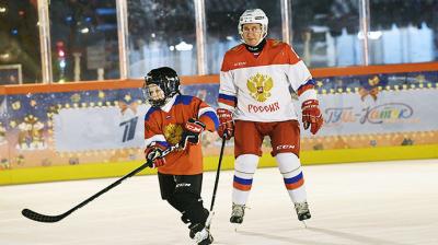 Путин 9 жаштагы баланын кыялын орундатып, аны менен Кремлде хоккей ойноду