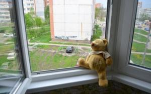 Бишкекте көп кабаттуу үйдүн терезесинен 2 жашар кыз кулап кетти. Анын абалы оор