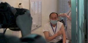 Саламаттык сактоо министри COVID-19га каршы эмдөөдөн өттү