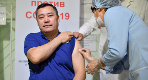Президент коронавируска  каршы вакцинанын экинчи дозасын алды